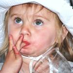 Как отучить ребенка сосать палец?